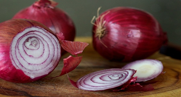 Eat-Red-Onion-It-Kills-Cancer-Cells-Stops-Nose-Bleeding-Protects-The-Heart-And-Much-More