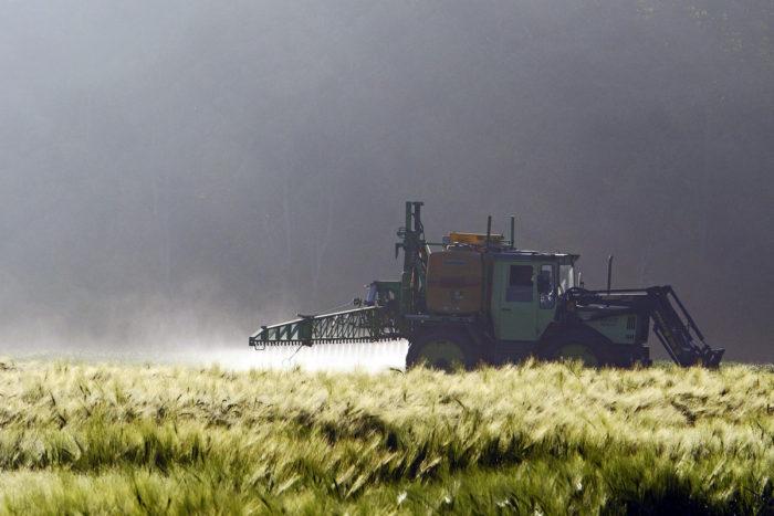 180329-glyphosate-trial-tractor-1-700x467